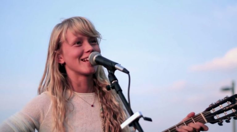 Alice Phoebe Lou's perfect cover of Lou Reed song 'Walk on the Wild Side' while busking in Berlin