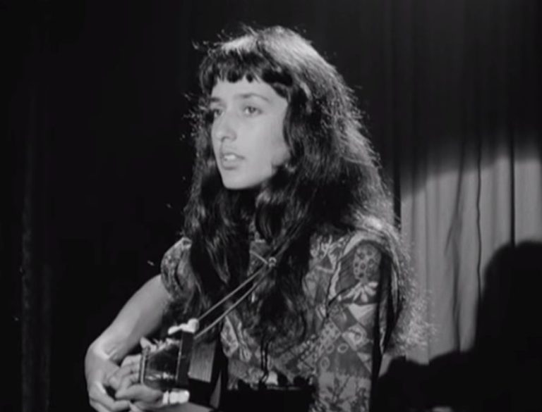 Watch a 17-year-old Joan Baez perform live at the iconic 'Club 47'