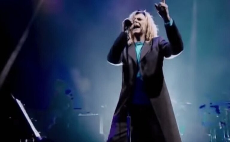 Watch David Bowie's mind-blowing performance of 'Heroes' live at Glastonbury Festival 200o
