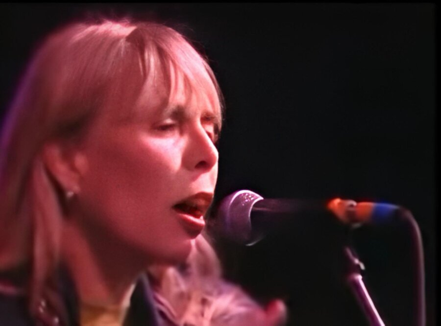 Joni Mitchell sings Pink Floyd's 'Goodbye Blue Sky' live from Berlin Wall in 1990