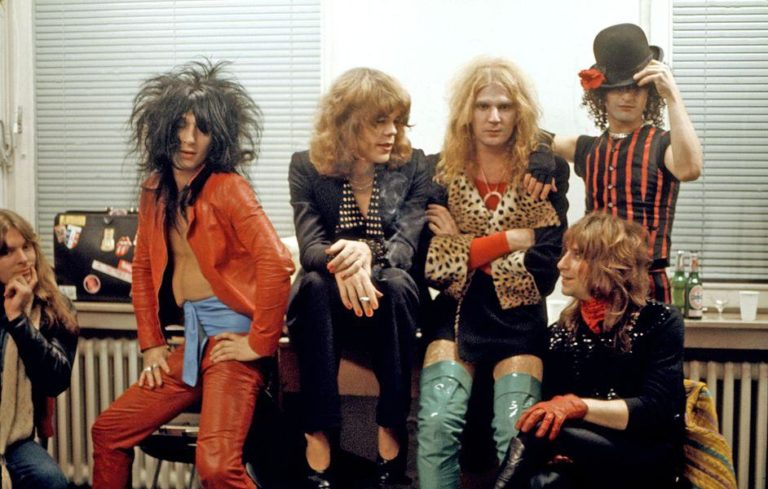 Watch punk pioneers the New York Dolls performing in drag back in 1974